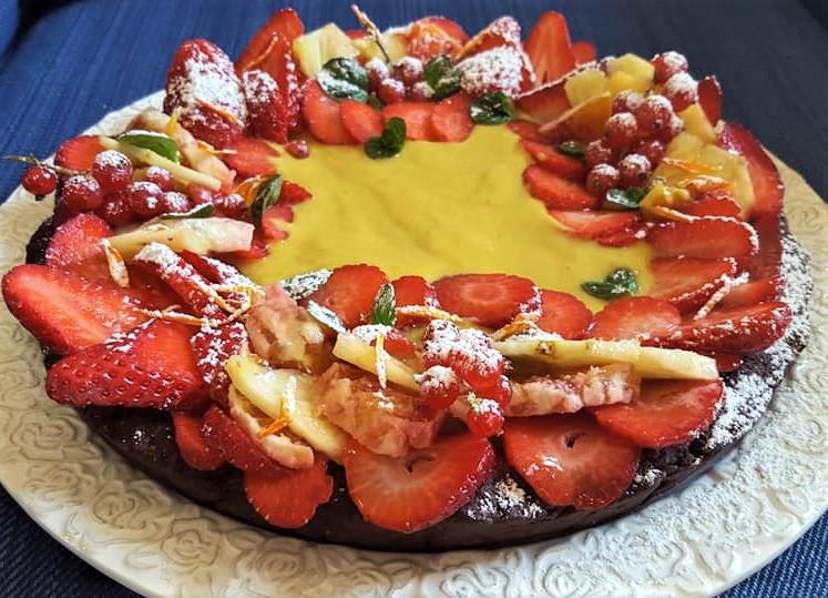 Foto Crostata al cioccolato con crema al limone e frutta