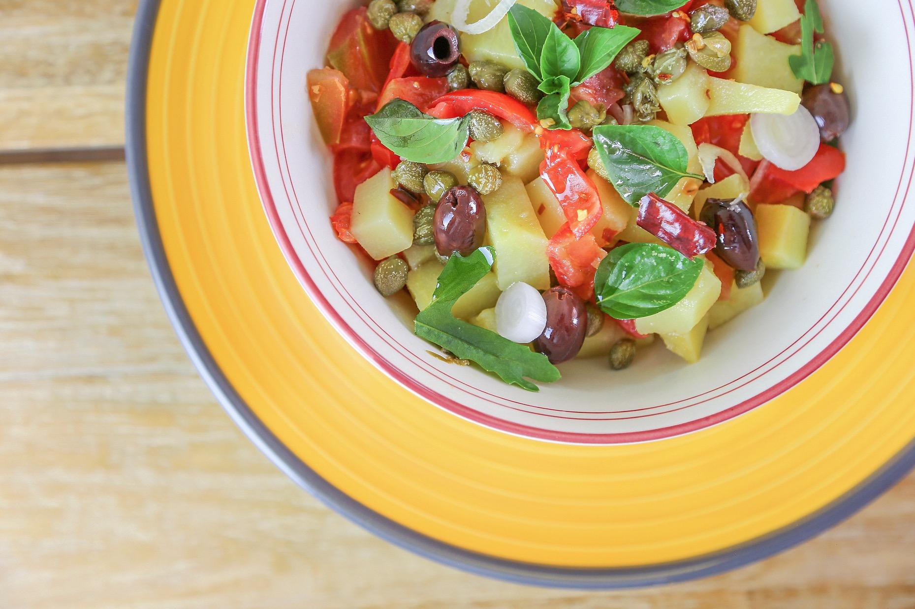 Foto Insalata di patate, fagioli, cipolla, peperoncino