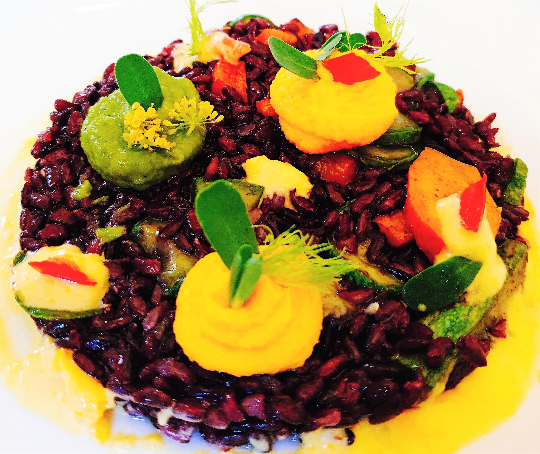 Foto Riso venere con verdure e salse